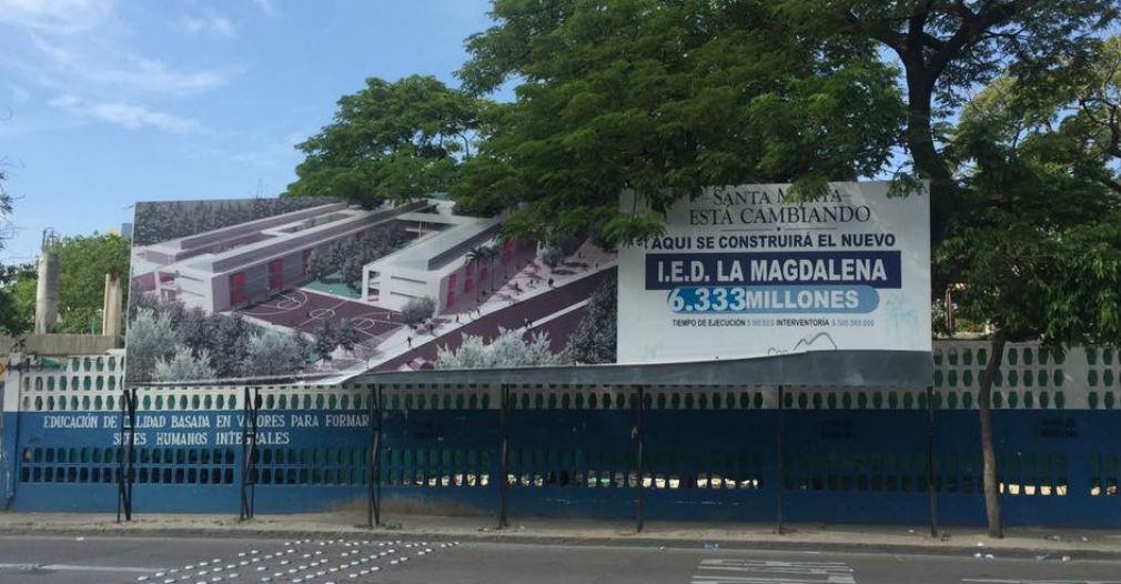Pese a que en el IED Magdalena se ha invertido mucho más dinero del anunciado en la valla, la obra está abandonada.