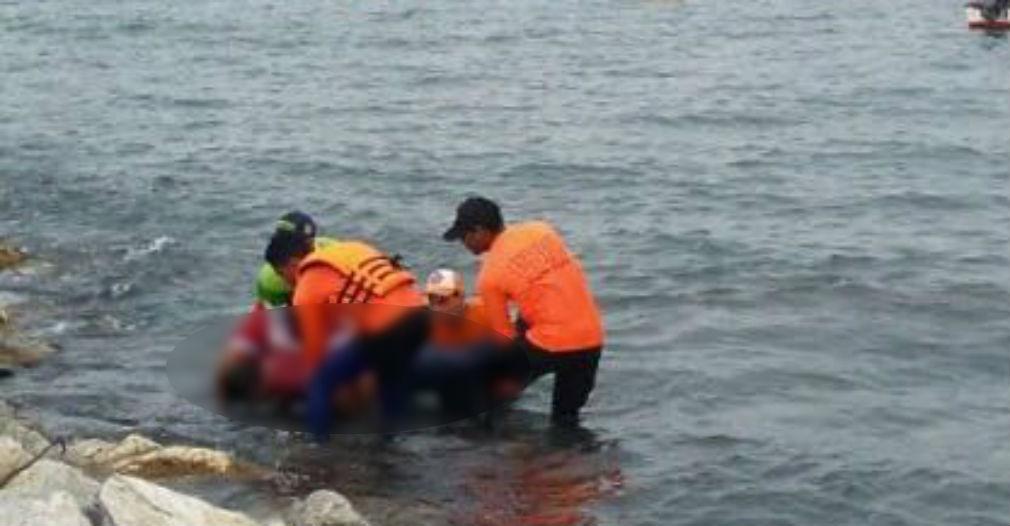 Momento en que miembros de los Bomberos y la Defensa Civil sacan el cuerpo sin vida del agua.