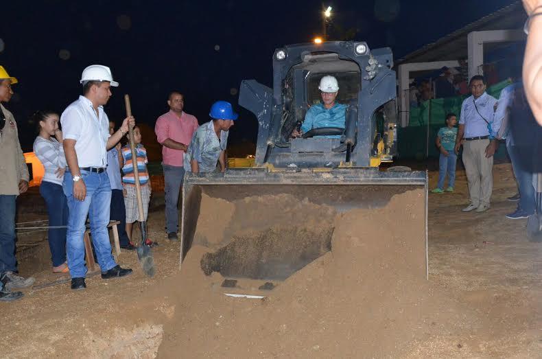El exalcalde Carlos Caicedo manejó una excavadora durante la colocación de la primera piedra, en agosto de 2015.