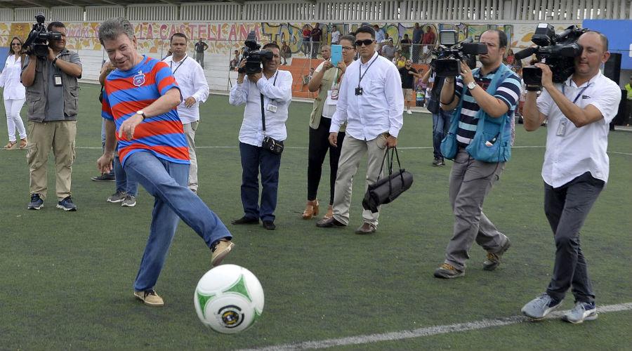 Juan Manuel Santos hizo el saque de honor en La Castellana, vistiendo la camiseta del Unión Magdalena.