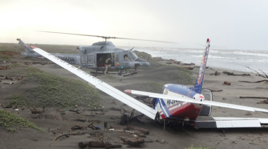 Un helicóptero de la Armada especializado en búsqueda y rescate llegó al lugar para auxiliar a los tripulantes.