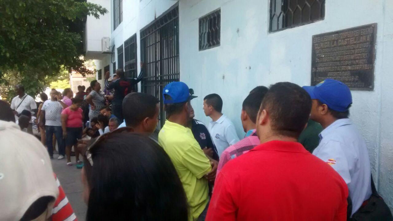 Decenas de familiares y conocidos de 'Jaricho' asistieron a la clínica La Castellana a enterarse de la noticia.