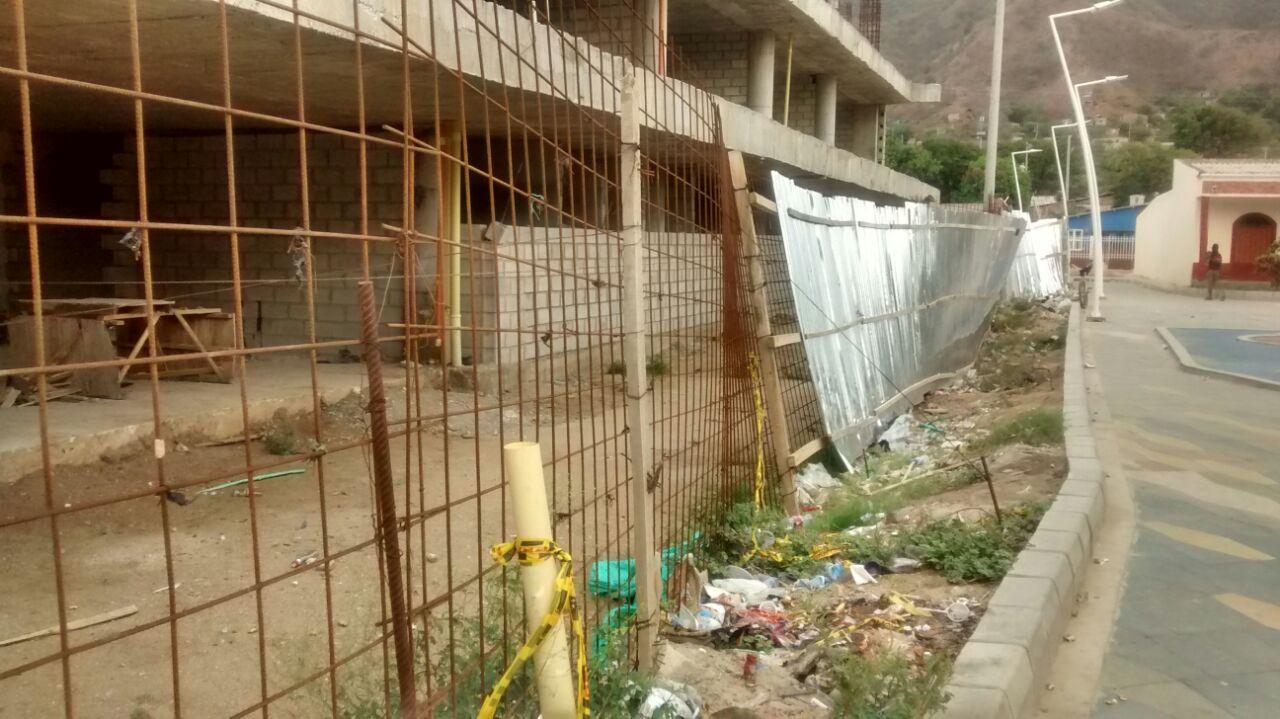 Familias protestan que, además de estar abandonadas, las obras están llenas de basura.