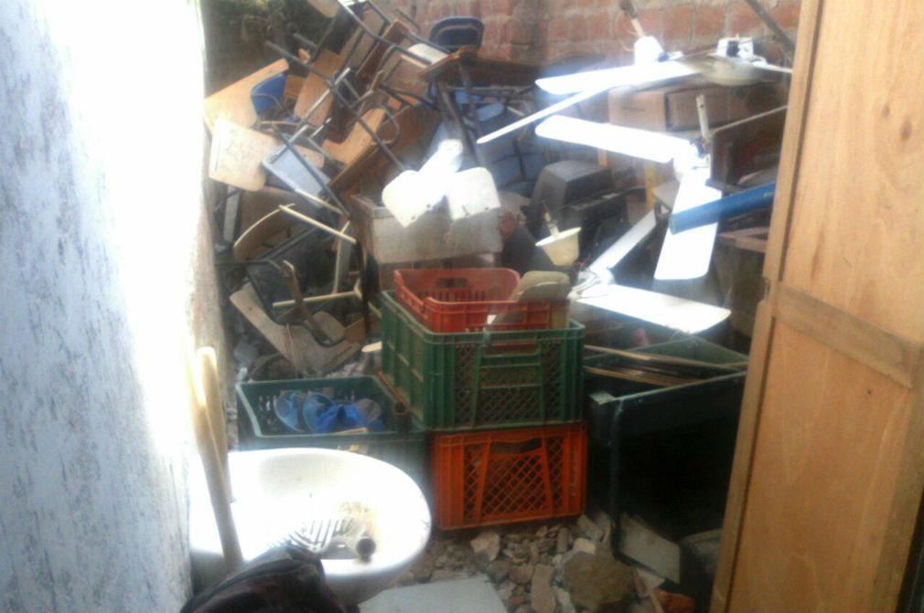 Las cocinas donde preparan alimentos a veces comparten espacio con el 'basurero' de los objetos abandonados y en desuso.