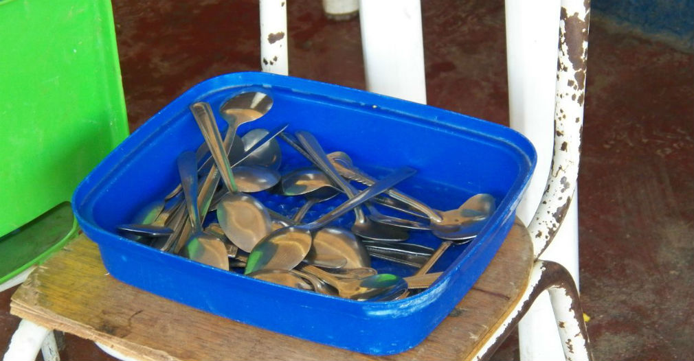 Lo que no vieron; en el colegio Luis R. Calvo solo tienen estas 30 cucharas para alimentar a centenares de niños.