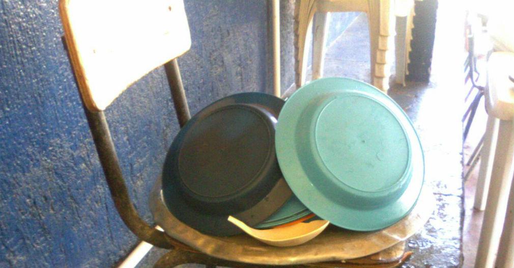 En Chimila 1, así escurren los platos antes de alimentar a los estuidantes.