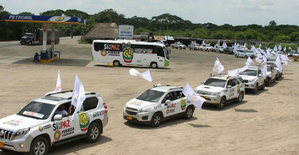 Decenas de carros blancos hicieron una caravana hasta Cartagena.