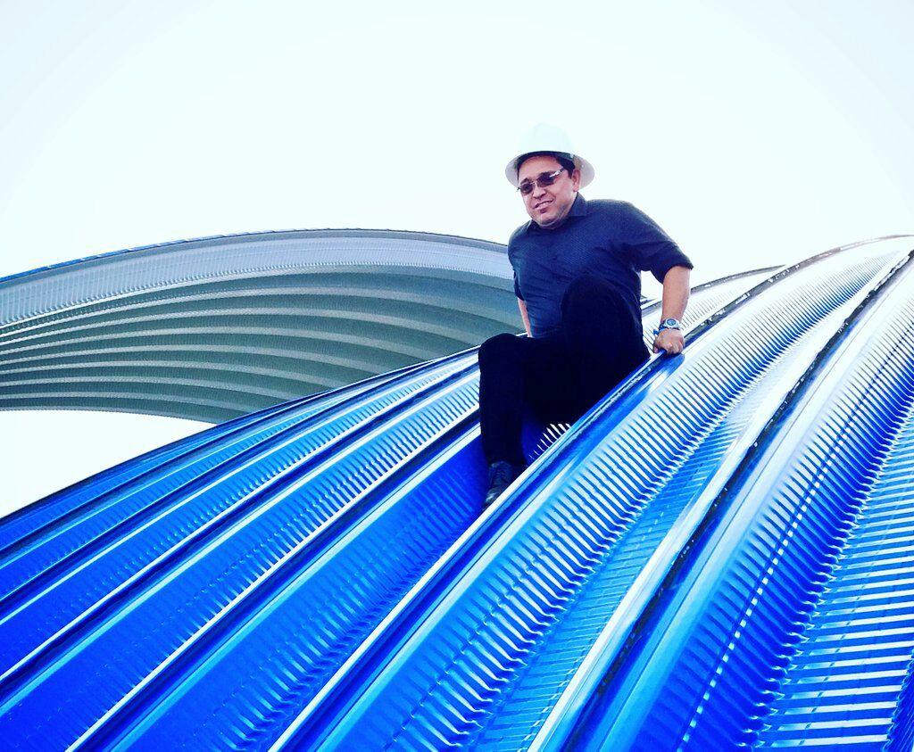Durante la instalación, hace poco más de 3 meses, el propio alcalde Martínez probó la resistencia de la cubierta.