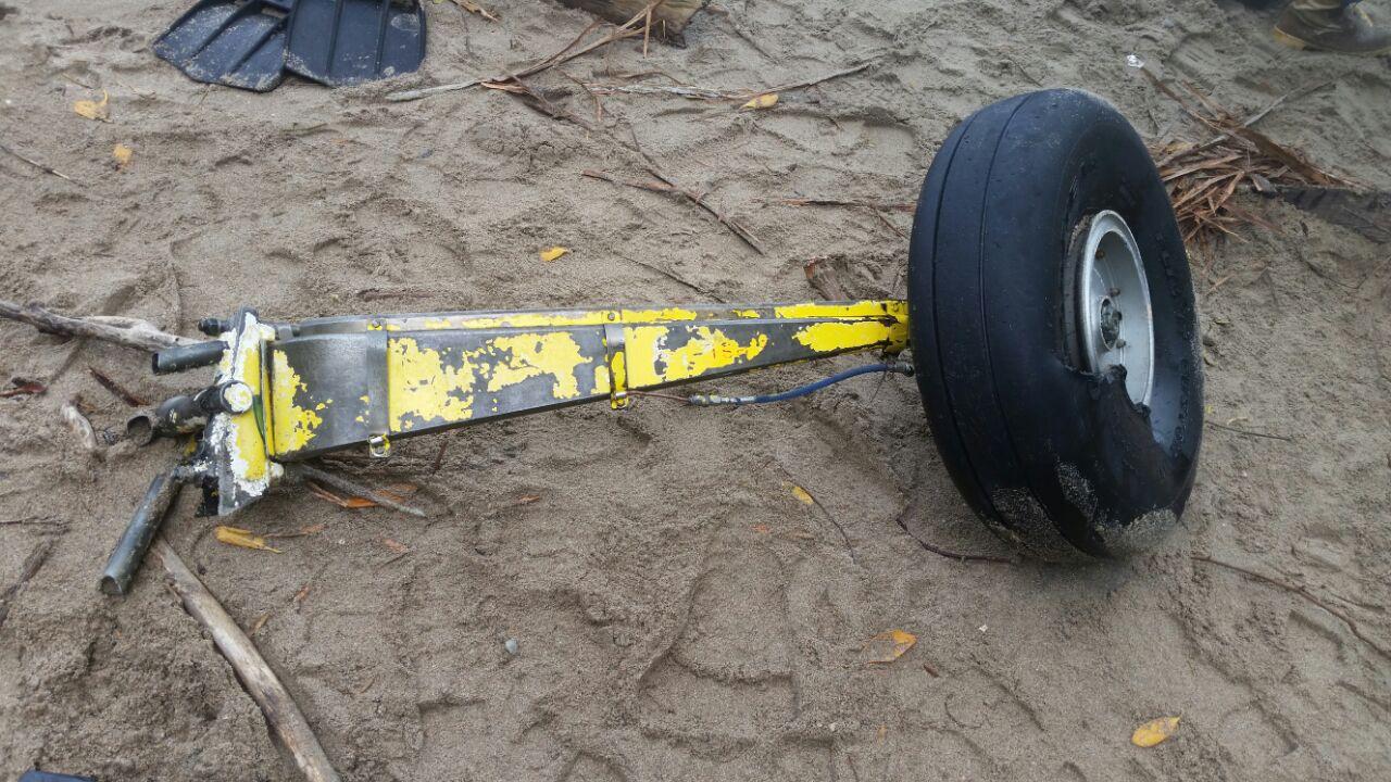 Una de las llantas de la avioneta fue encontrada por pescadores en días pasados.