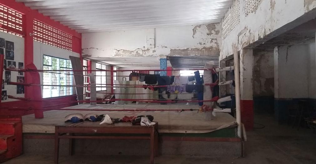 El espacio en la cancha de boxeo es tan mínimo, que a Emiliano le toca usar el ring para colgar la ropa cuando nadie entrena.