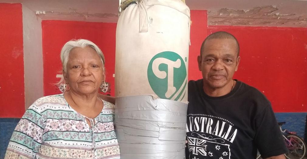 Emiliano Villa ha vivido junto a su esposa e hijos por más de dos décadas en un pequeño espacio de la cancha de boxeo.