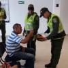 Policías de Fundación ofrecieron papaya a los usuarios que se encontraron en la entidad bancaria.