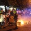 La comunidad desvalijó la moto de los atracadores e intentó incinerarla.