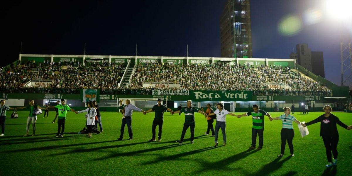 Miles de aficionados rindieron esta noche un improvisado y emotivo homenaje a las víctimas del vuelo del Chapecoense.