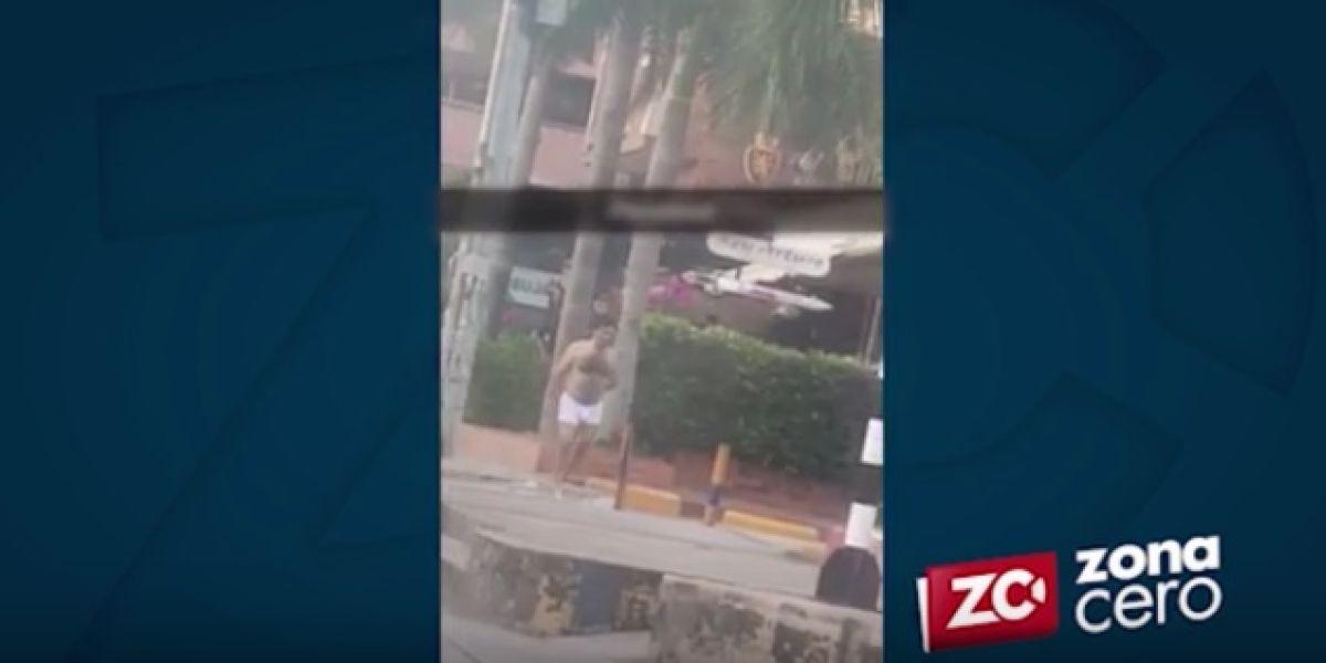 El hombre casi desnudo fue grabado en cercanías al centro comercial Villa Country.