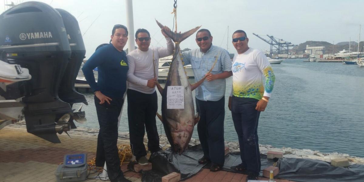 Concursantes de la lancha Sibaris presentaron el atún de 167 libras, el más grande capturado en el concurso.