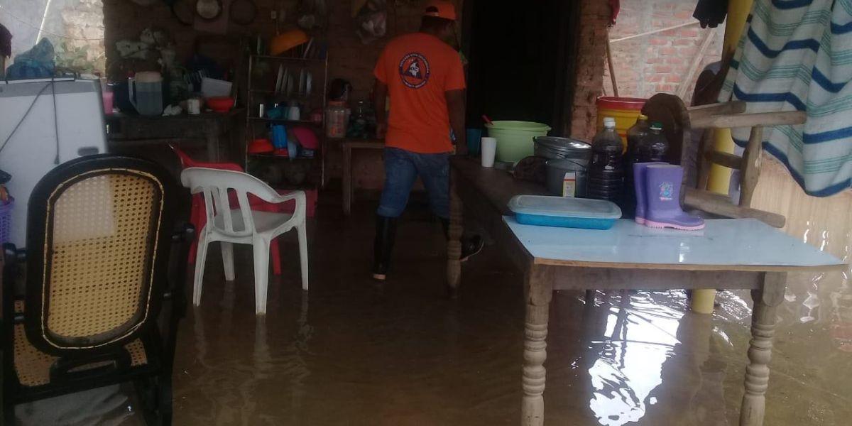Voluntarios de la Defensa Civil atienden las emergencias en la zona rural de Santa Marta y otros municipios.