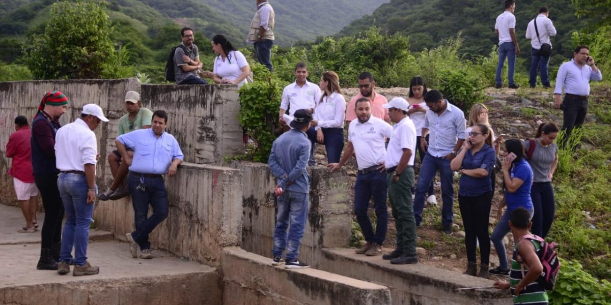 El alcalde Rafael Martínez visitó la represa Los Fundadores, en compañía de funcionarios del Distrito.