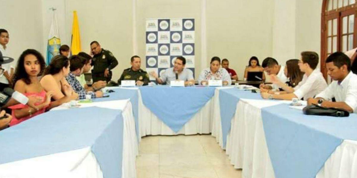 Alcalde durante su reunión con la comunidad estudiantil.