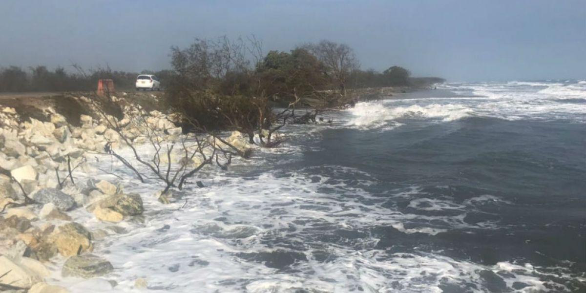 Deterioro de la vía que conduce de Santa Marta a Barranquilla en el kilómetro 19.