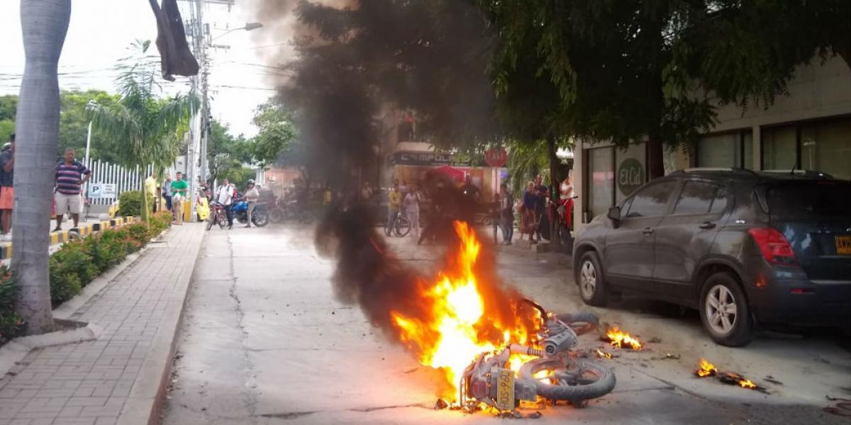 Hombre incendia su moto frente a Socol