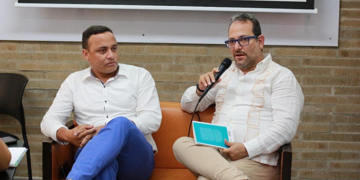 Dagoberto Enrique Mata Daza, ex soldado y periodista en conversatorio sobre las minas antipersonas con el periodista Leonardo Herrera en la Sergio Arboleda