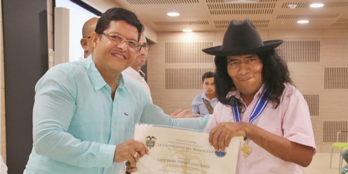 Cayetano Torres Izquierdo, líder arhuaco; y Pablo Vera, rector de Unimagdalena.