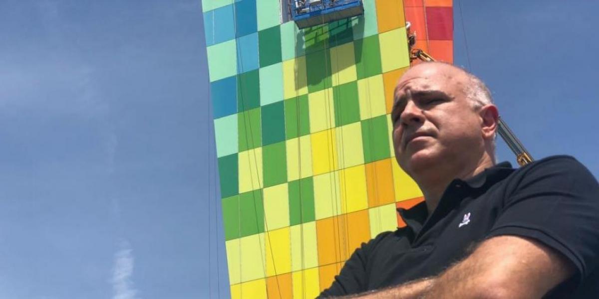 Foto del millonario Christian Daes, en el monumento 'La ventana al Mundo', construida por su empresa, Tecnoglass