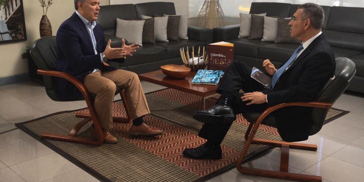 Iván Duque durante la entrevista con el periodista Jorge Cura.