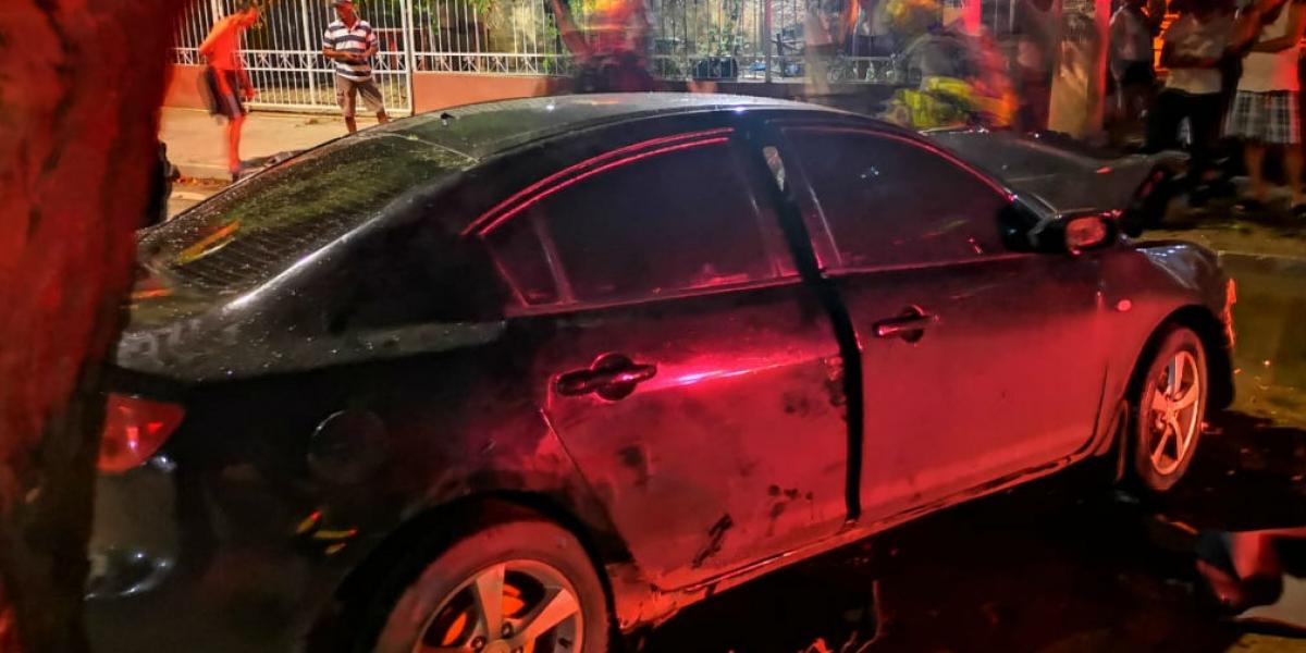 Carro accidentado en la entrada del barrio Galicia.