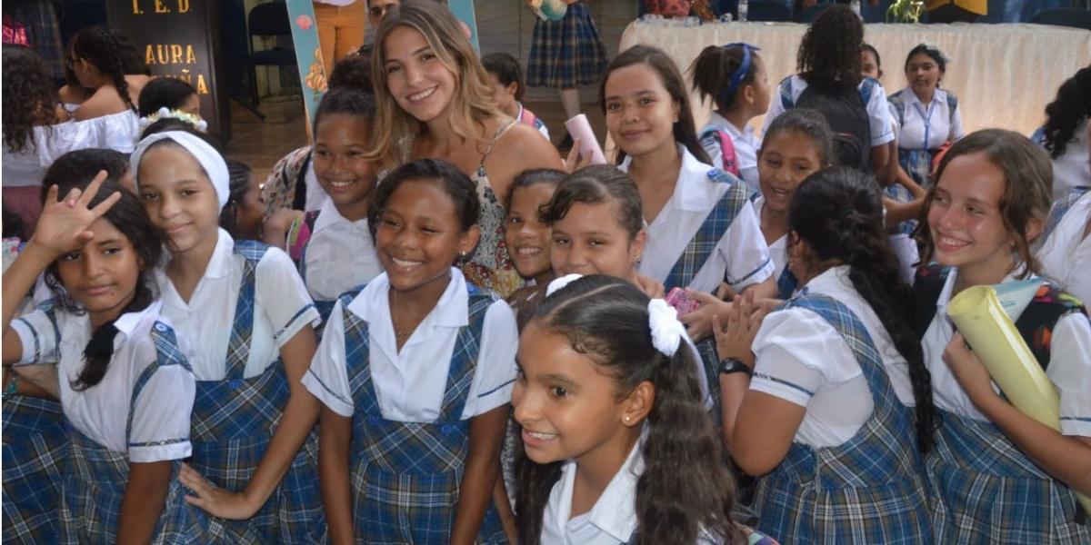 Patricia Hurtado Dávila en compañía de las estudiantes de la IED Laura Vicuña.