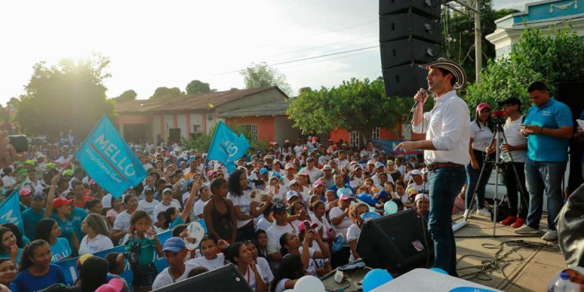 El candidato a la gobernación en la plaza central de Río Frío