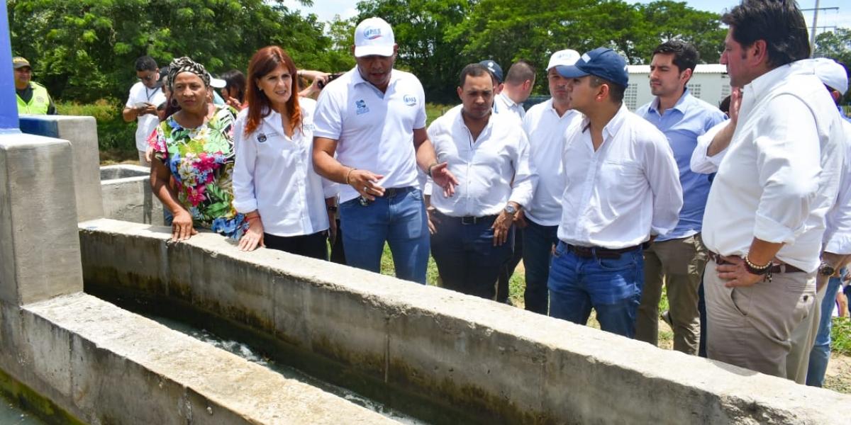 La entrega de la obra fue encabezada por la Gobernadora, el Ministro de Vivienda, Ciudad y Territorio, el gerente de Aguas del Magdalena y la alcaldesa.