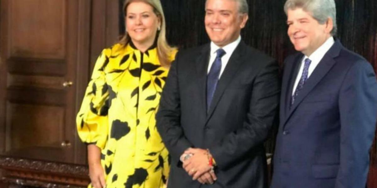El embajador Burgos, su esposa y el presidente Iván Duque.