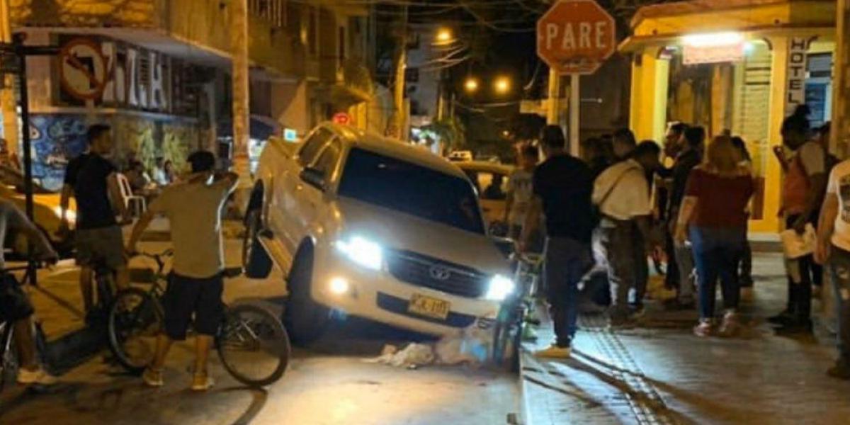 Carro que cayó en el hueco ubicado en la calle 20 con 2, en el centro histórico.