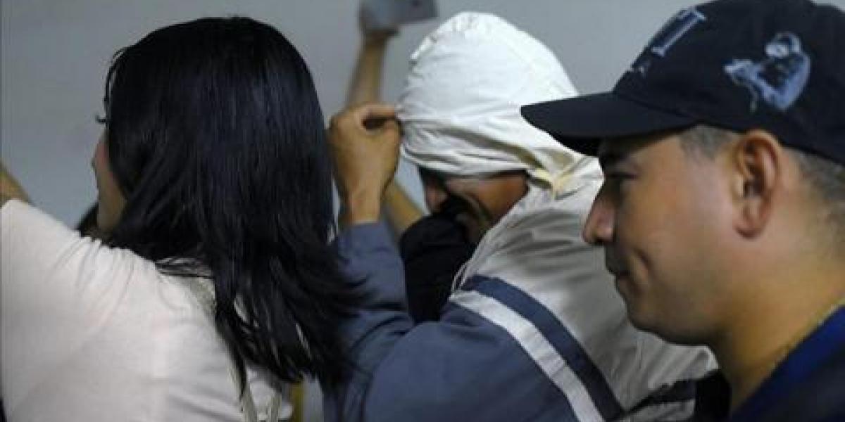 A la salida de la oficina del juez, el samario salió con el rostro oculto y allegados trataban de impedir que la prensa lo grabara y le tomara fotos.