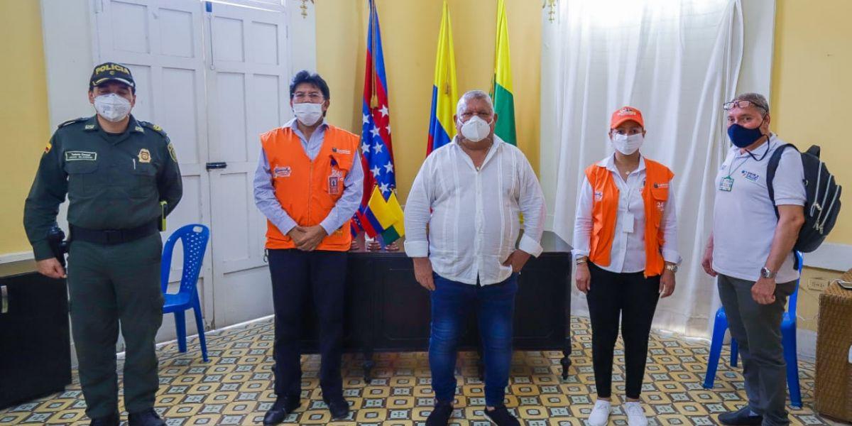 Funcionarios de la Gobernación se reunieron con el mandatario cienaguero para trabajar en conjunto en la entrega de bonos solidarios.