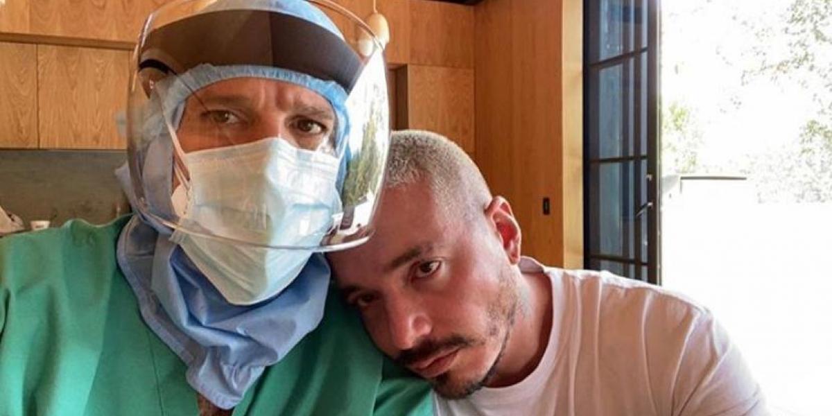 J Balvin con el médico que lo atendió mientras tenía el Coronavirus.