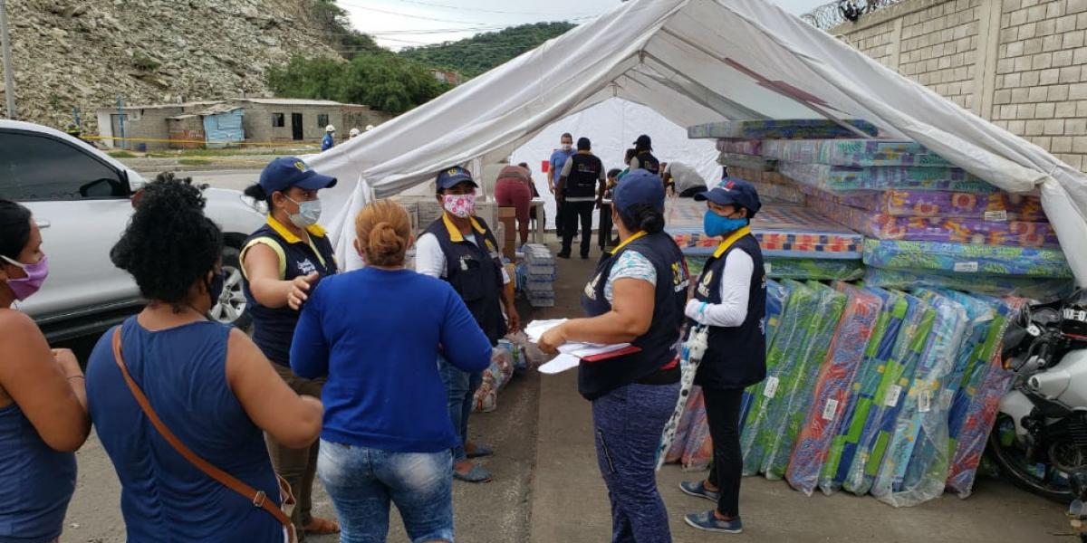Entrega de ayudas a familias damnificadas por el deslizamiento.