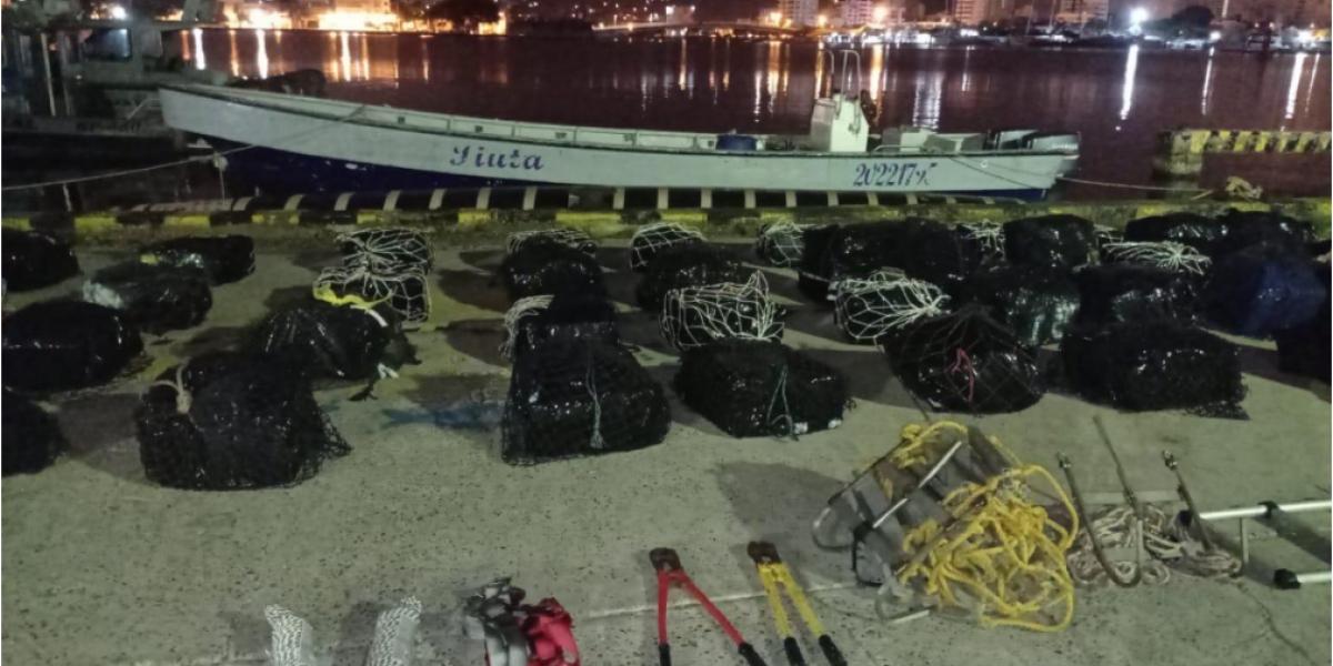En el interior de la motonave se encontró la droga que fue llevado al muelle de la Estación de Guardacostas de Cartagena, en donde se inició la inspección detallada.
