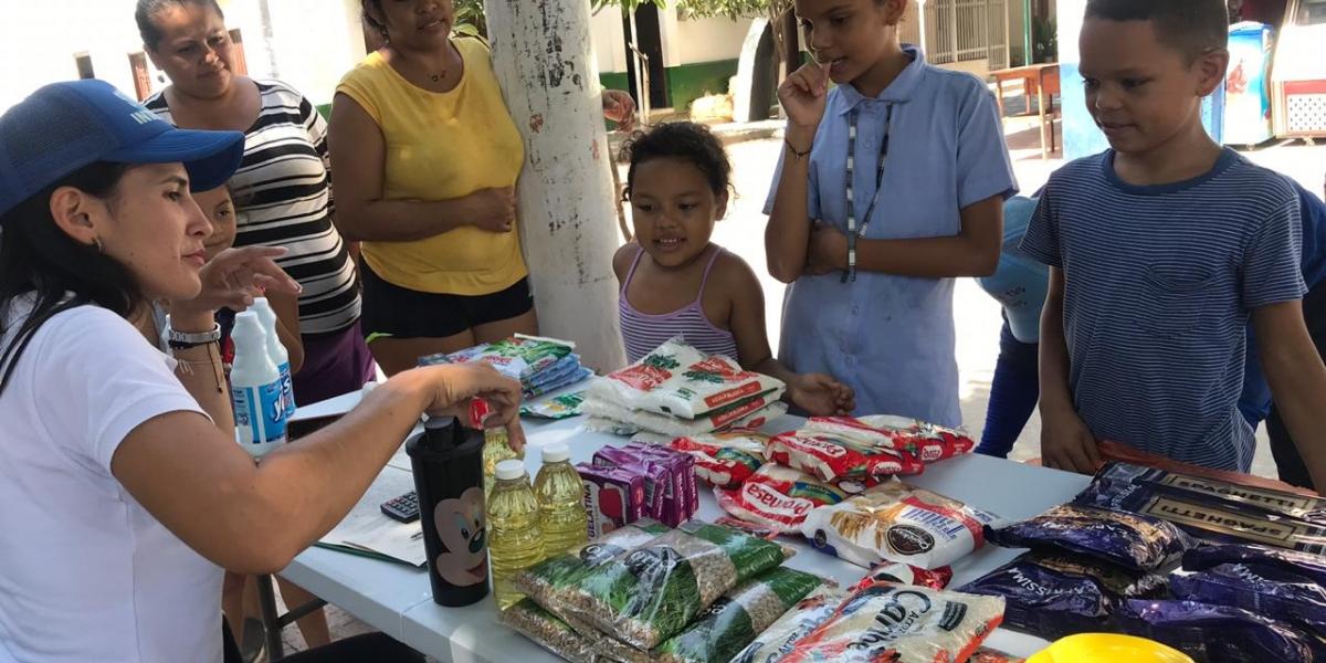Las ecotiendas llegan a los barrios para que las personas compren productos a cambio de material reciclable.