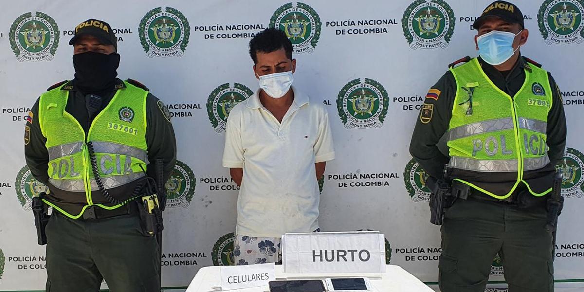 Las autoridades le hallaron dos teléfonos celulares, uno propiedad de la denunciante del robo.