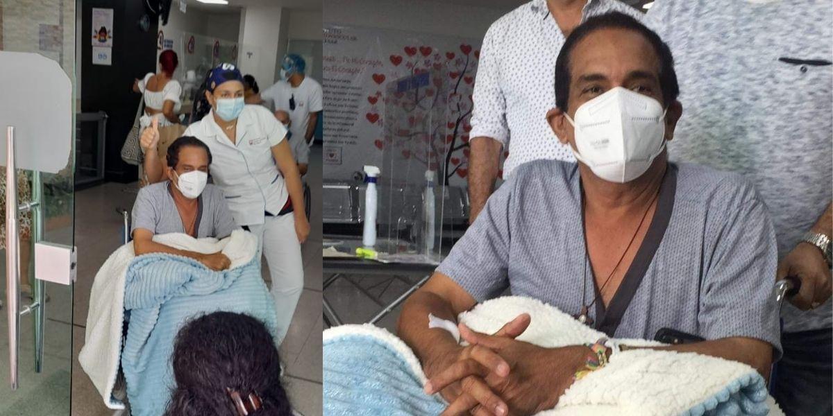 Rafa Manjarrez saliendo de la clínica acompañado de sus familiares