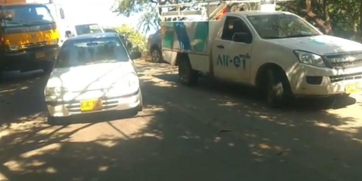 Retienen vehículos de Air-e en Taganga.