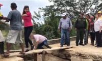 La gobernadora del Magdalena por poco cae del puente.
