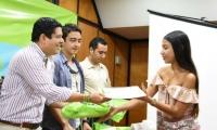 Entregaron 4 certificados que ahora podrán formarse becados durante el resto de su carrera profesional.