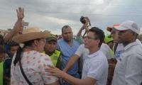 Carlos Caicedo tratando de dialogar con los habitantes de Uribia.