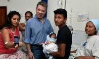 Santos con la familia que recibió su nuevo bebé.