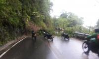 La vía a Minca quedó interrumpida por los deslizamientos producto del aguacero.