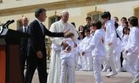 Esta vez los niños rompieron en protocolo y abrazaron a Papa Francisco.